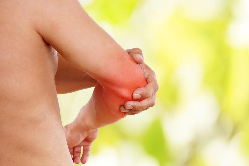 Ellenbogenchmerzen werden oftmals durch Fehlbelastungen hervorgerufen. (Bild: underdogstudios/fotolia.com)