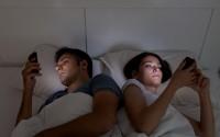 Auch abends im Bett können viele nicht die Finger von dem Handy lassen. (Bild: Ana Blazic Pavlovic/fotolia.com)