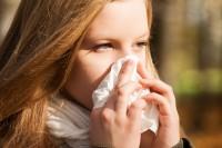 Hochziehen bei Schnupfen gilt hierzulande als ekelig und ungesund. Doch ist Naseputzen wirklich gesünder? (Bild: DoraZett/fotolia.com)