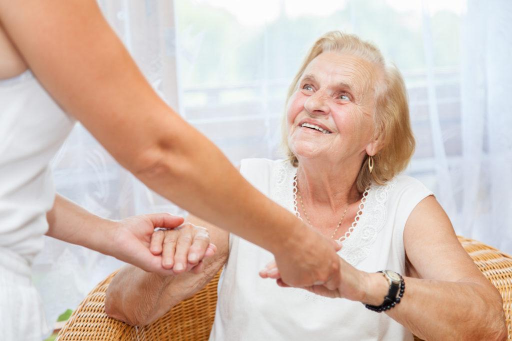 Die Pflege von Angehörigen übernehemen zu Großteil Frauen. (Bild: and.one/fotolia.com)
