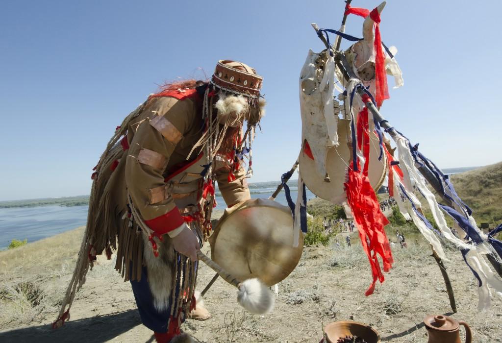 Die Rituale der Schamanen sollen die Reise zwischen den Welten ermöglichen. (Bild: Yanchenko/fotolia.com)