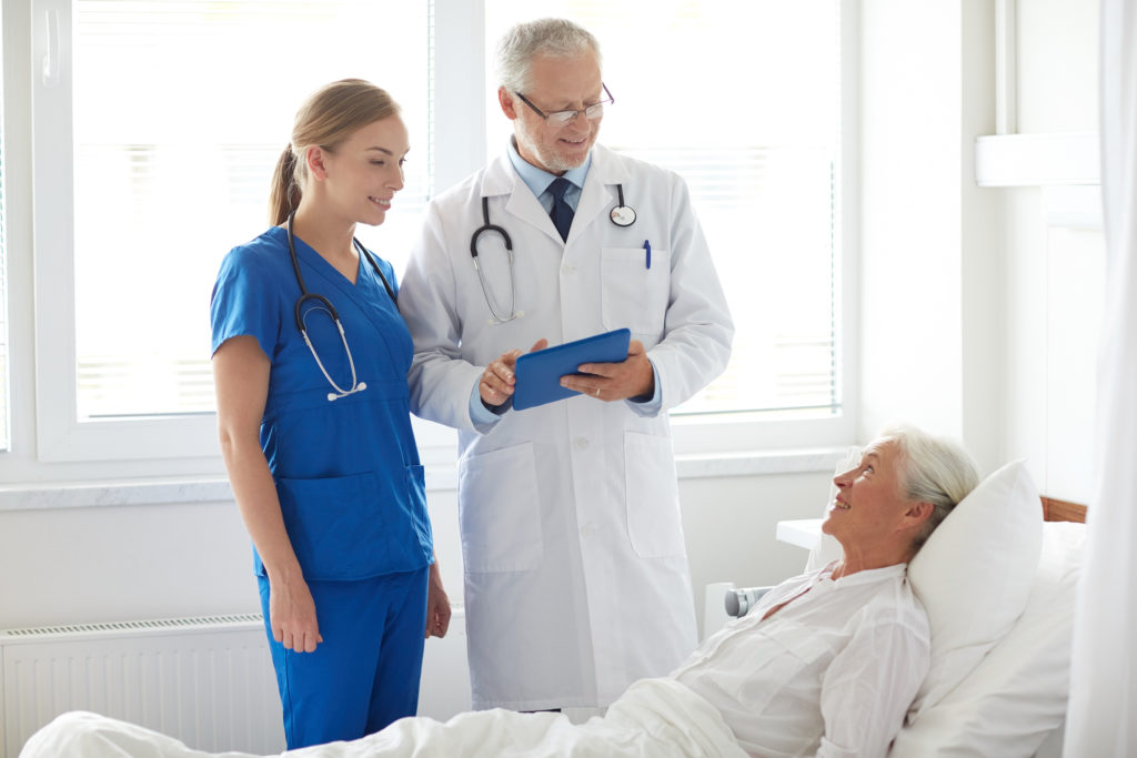 Seniorinnen und Senioren sollten vermehrt bei medizinischen Studien berücksichtigt werden. (Bild: Syda Productions/fotolia.com)