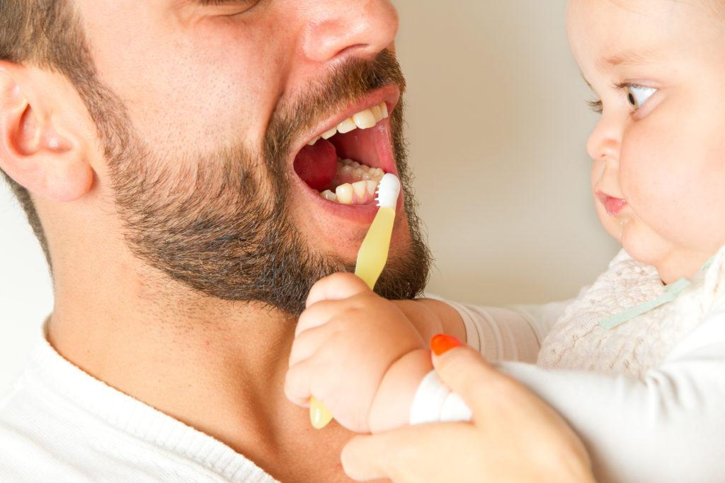 Ab dem 6. Lebensmonat empfiehlt sich ein Besuch beim Kinderzahnarzt. Bild:  Jürgen Fälchle - fotolia