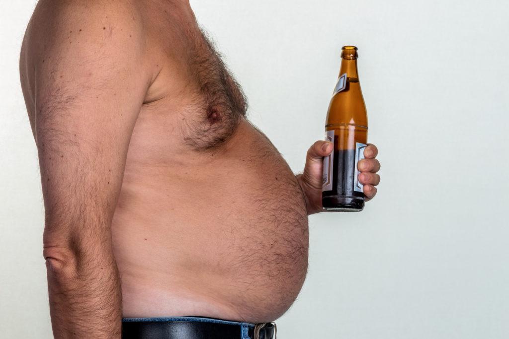 Bier macht dick und erzeugt einen Bierbauch. Bild: Gina Sanders - fotolia