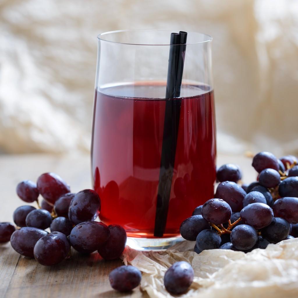 Roter Traubensaft ist sehr eisenhaltig und kann einem Mangel ausgleichen. Bild: Kitty - fotolia