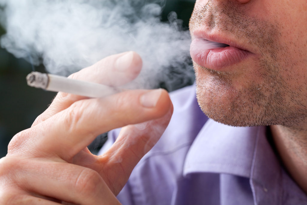 Raucher sterben deutlich früher und entlasten so die Rentenkassen. Bild: Photographee.eu - fotolia