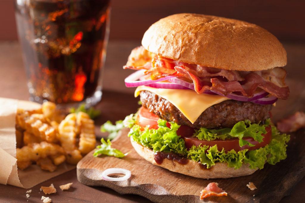 Ungesunde Ernährung belastet die Sozialkassen. Bild: dusk - fotolia