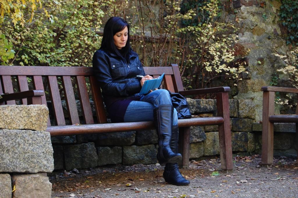Nicht zu lange mit überschlagenen Beinen sitzen. Bild: Sebastian Heyde - Fotolia