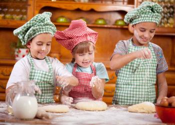 Auch Kinder sind gerne dabei, wenn zu Hause gebacken wird. Experten erklären, welche Mehltypen für welches Gebäck geeignet sind. (Bild: V&P Photo Studio/fotolia.com)
