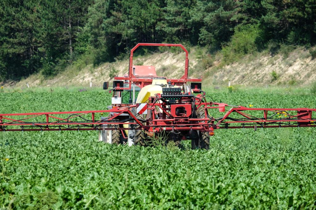 Die Landwirtschaft hat einen maßgeblichen Anteil an dem Eintrag von giftigen Chemikalen. (Bild: thongsee/fotolia.com)
