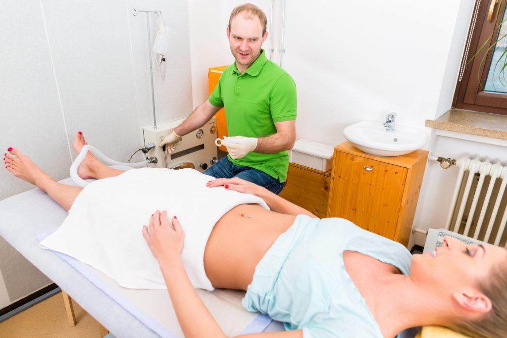 Eine Reinigung des Darms kann zum Beispiel mit Hilfe unterschiedlicher Darmspülungen erfolgen. (Bild: Kzenon/fotolia.com)