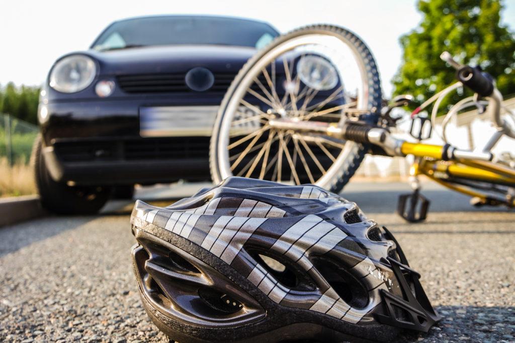 Fahrradhelme können bei einem Sturz Leben retten. (Bild: arborpulchra/fotolia.com)