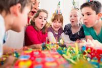 Großer Geburtstagsfeiern können Kinder schnell überfordern. (Bild: Kzenon/fotolia.com)