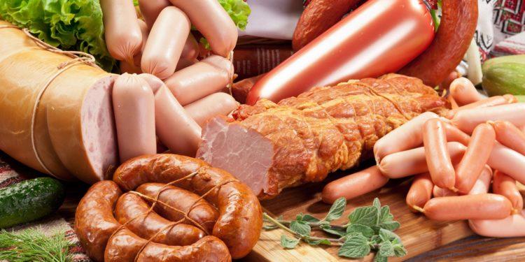 Auswahl an Fleisch und Wurstsorten.