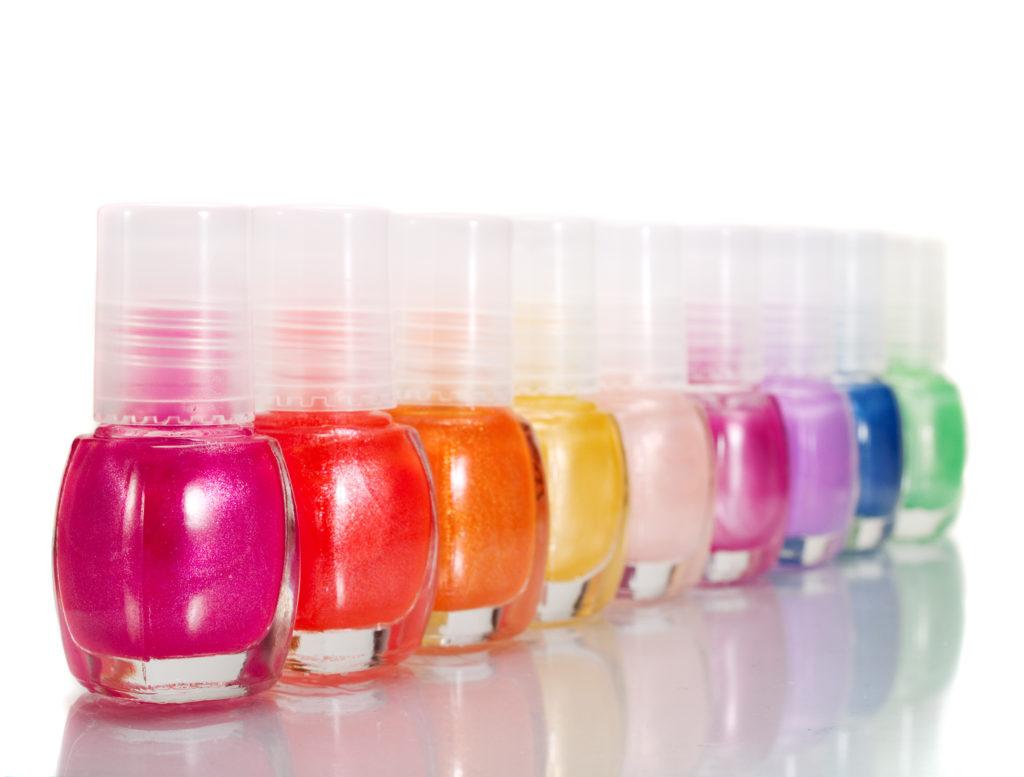 Bestimmte Inhaltsstoffe im Nagellack erhöhen das Risiko von Übergewicht. (Bild: ivanmateev/fotolia.com)