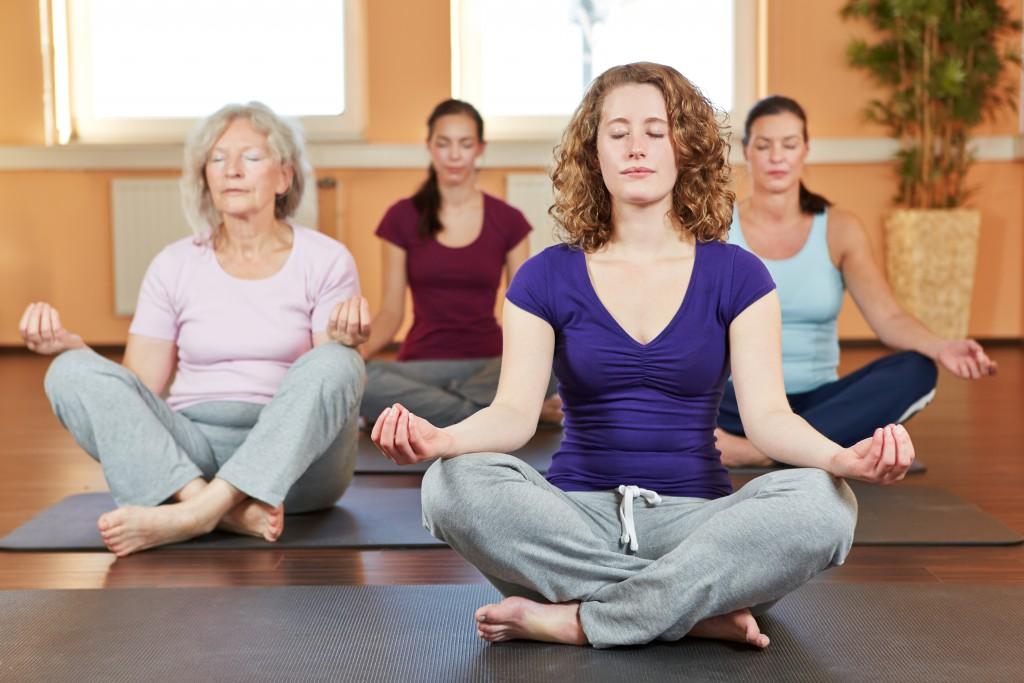 Entspannungsübungen helfen von der Sucht abzulenken. Bild: Robert Kneschke - fotolia