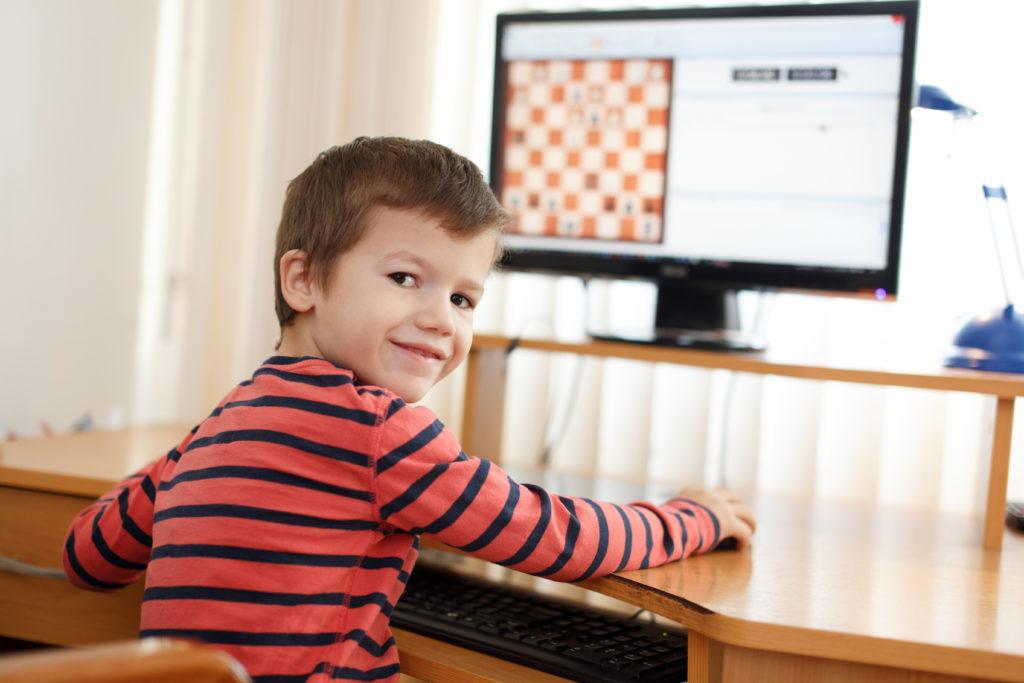 Wenn Kinder jeden Tag am PC hängen, sind viele Eltern ratlos. Bild: sakkmesterke - fotolia