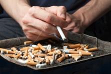 Das Helmut Schmidt Phänomen: Trotz Jahrzehntelangem Rauchen können manche Menschen sehr alt werden. Bild: eyetronic - fotolia