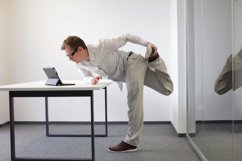Stehen oder Sitzen: Beides im Büro schädlich für die Gesundheit. Bild: endostock - fotolia