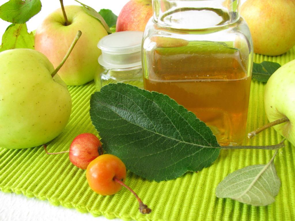 Apfelessig ist ein bewährtes Hausmittel gegen Jucken im Ohr. (Bild: Heike Rau/fotolia.com)