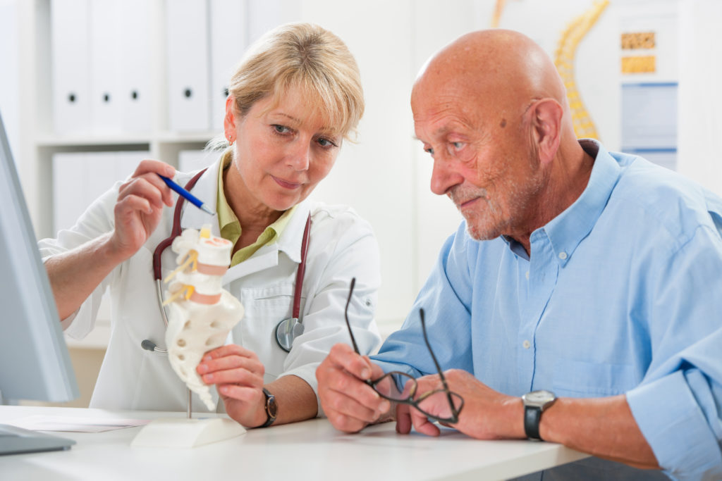 Auf das Gespräch beim Arztbesuch sollten sich die Patienten gut vorbereiten und wichtige Fragen gegebenenfalls notieren. (Bild: Alexander Raths/fotolia.com)