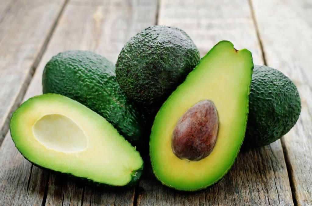 Den enthaltenen Vitaminen, Mineralstoffen und sekundären Pflanzenstoffen der Avocados werden zahlreiche positive gesundheitliche Eigenschaften zugesprochen. (Bild: nata_vkusidey/fotolia.com)