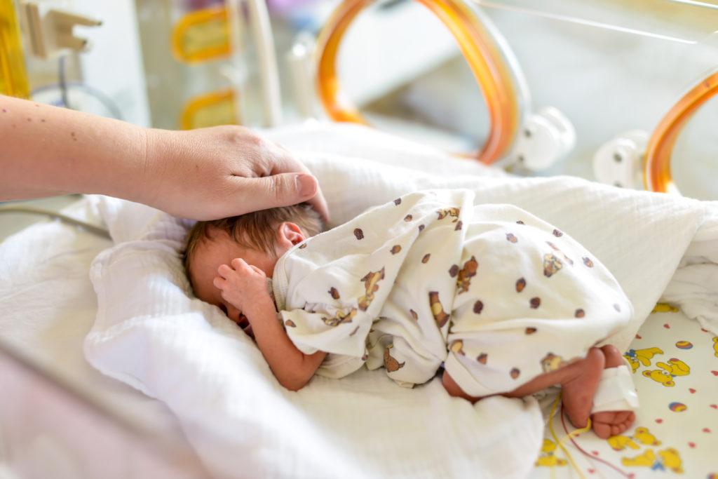 In der Uniklinik haben sich mehrere Kinder mit Darmkeimen infiziert. Insbesondere für immungeschwächte Neugeborene und Frühchen stellen die Erreger ein Risiko dar. (Bild: Tobilander/fotolia.com)