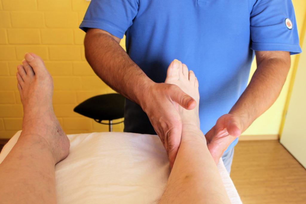 Lymphdrainagen sind eine bewährte Methode zur Behandlung von Flüssigkeitsansammlungen in den Beinen. (Bild: Brigitte Bohnhorst/fotolia.com)