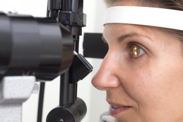 Eine Hornhautverkrümmung kann deutliche Beeinträchtigungen der Sehkraft mit sich bringen, ist jedoch gut behandelbar. (Bild: mmphoto/fotolia.com)