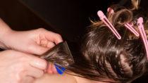 Mit einem Läusekamm lässt sich der Befall deutlich reduzieren, doch sind weitere Mittel erforderlich, um eine erfolgreiche Behandlung sicherzustellen. (Bild: SENTELLO/fotolia.com)