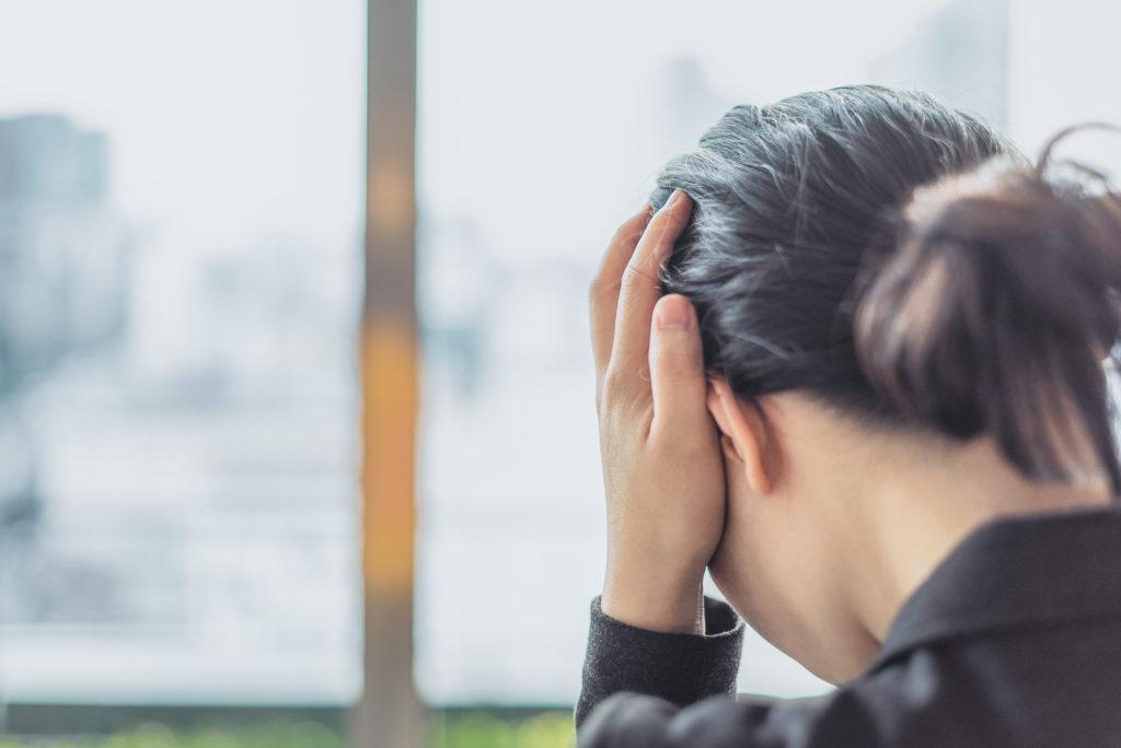 Migräne kann sehr plötzlich zum Beispiel aif der Arbeit einsetzen und im Alltag zu einer erheblichen Belastung werden (Bild: hikdaigaku86/fotolia.com)
