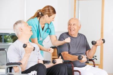 Motivation ist der Schlüssel zum Erfolg auf dem Weg in ein gesünderes Leben. Auch im Alter kann die Umstellung der Ernährung und  die Aufnahme sportlicher Aktivität noch eine äußerst positive Wirkung erzielen. (Bild: Robert Kneschke/fotolia.com)