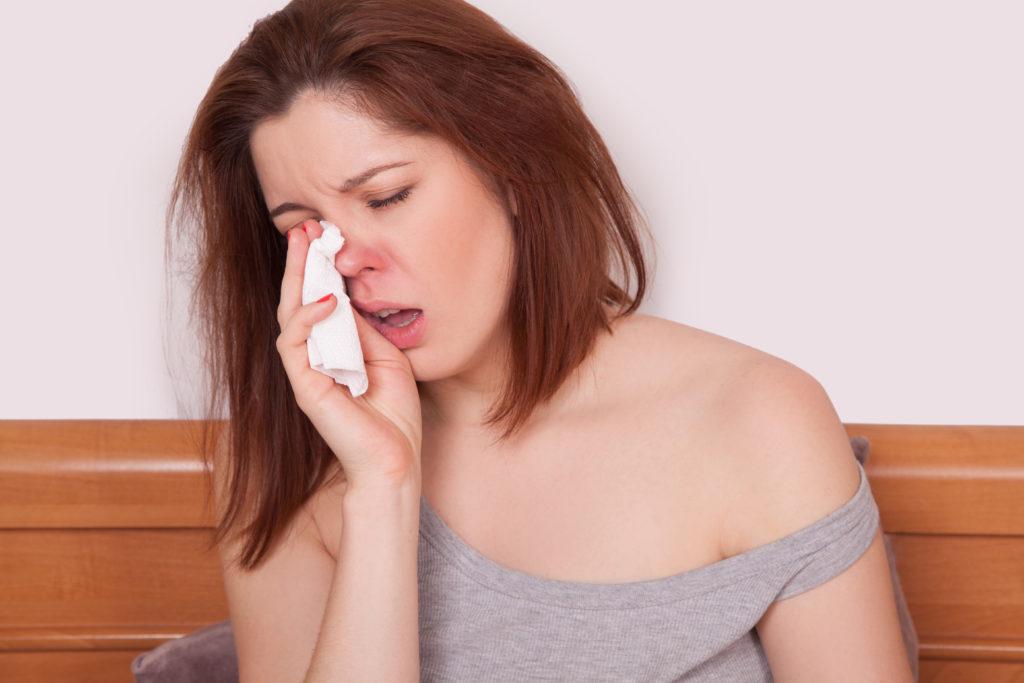 Gegen rote Schnupfnasen können verschiedene natürliche Hausmittel helfen. (Bild: khosrork/fotolia.com)