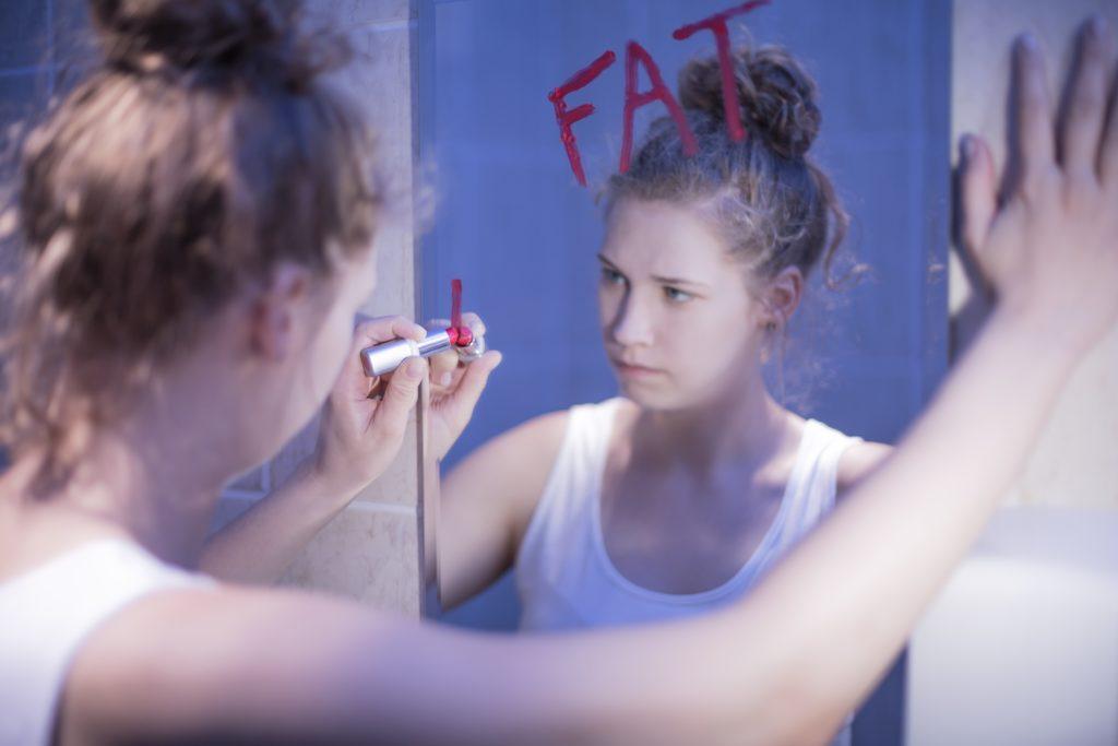 Viele Menschen empfinden sich als zu dick, auch wenn andere ihre Figur eher als sportlich bewerten. (Bild: Photographee.eu/fotolia.com)