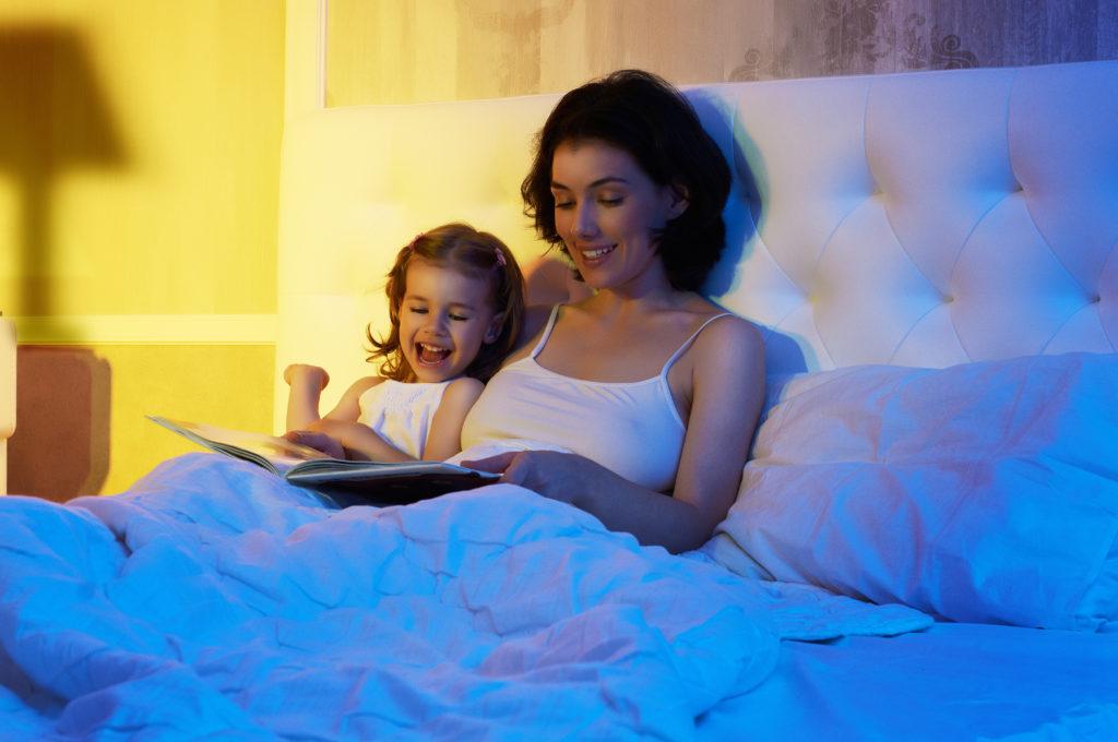 Das abendliche Vorlesen hat fördert die Sprachentwicklung und ist ein gutes Ritual vor dem Schlafengehen. (Bild: Konstantin Yuganov/fotolia.com)