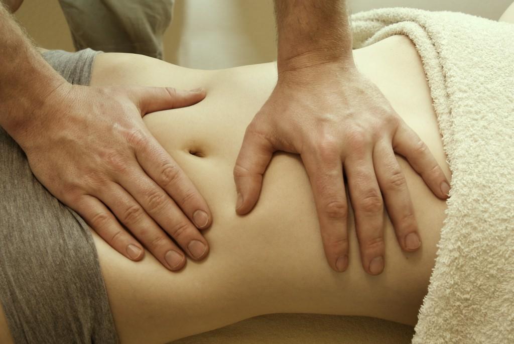 Eine Bauchmassage wirkt manchmal Wunder und hilft dabei den Blähbauch zu lindern. Bild: Swifter - fotolia
