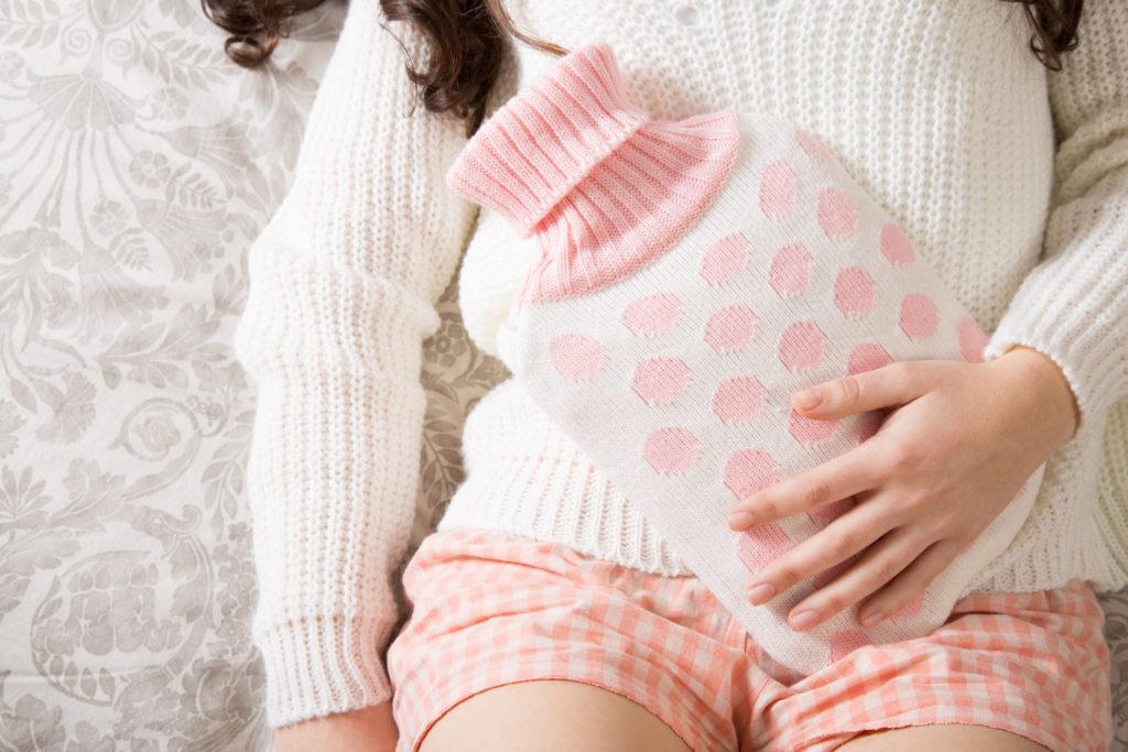 Natürliche Hausmittel können dabei helfen, die Bauchschmerzen zu lindern. Wärme ist bereits schon ausreichend, um festsitzende Winde zu lösen. Bild: asife - fotolia