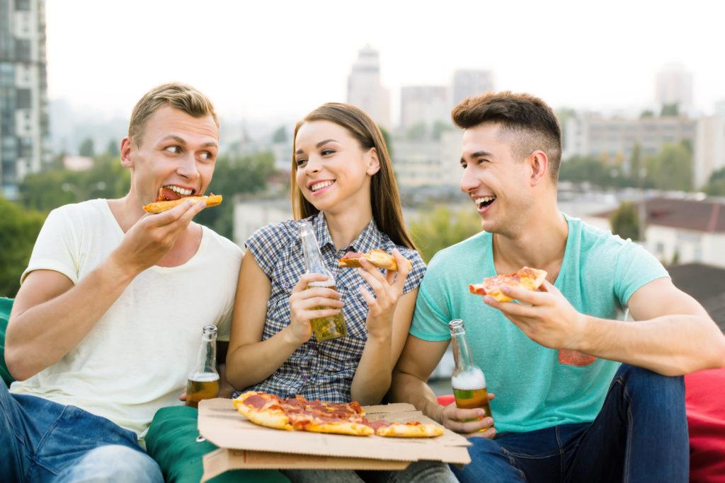 Männer essen offenbar mehr, wenn Frauen dabei sind. Bild: dima_sidelnikov - fotolia