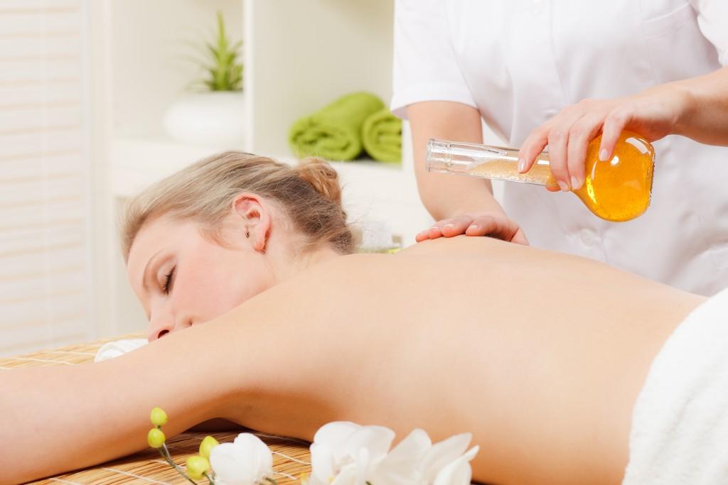Ölmassagen wirken gegen Stress und bewirken einen wohltuenden Effet auf den gesamten Körper. (Bild: Picture-Factory/fotolia.com)