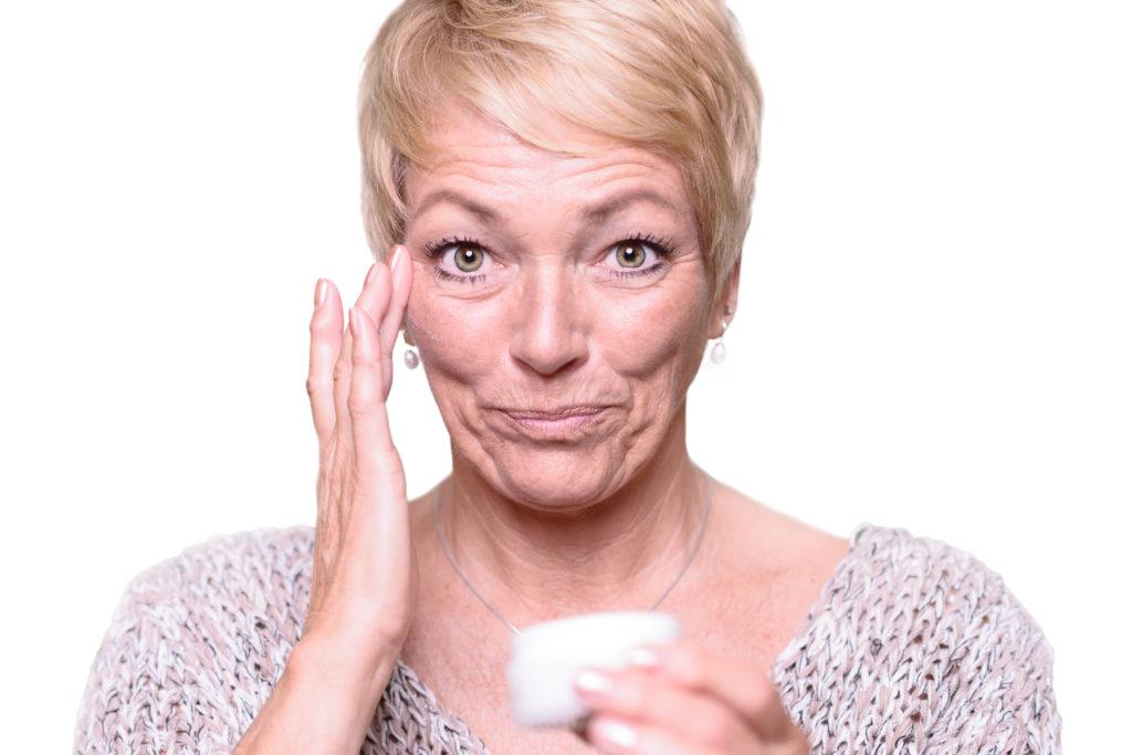Sämtliche getesteten Antifaltencremes erreichen keine sichtbare Reduzierung der Falten. (Bild: Lars Zahner/fotolia.com)