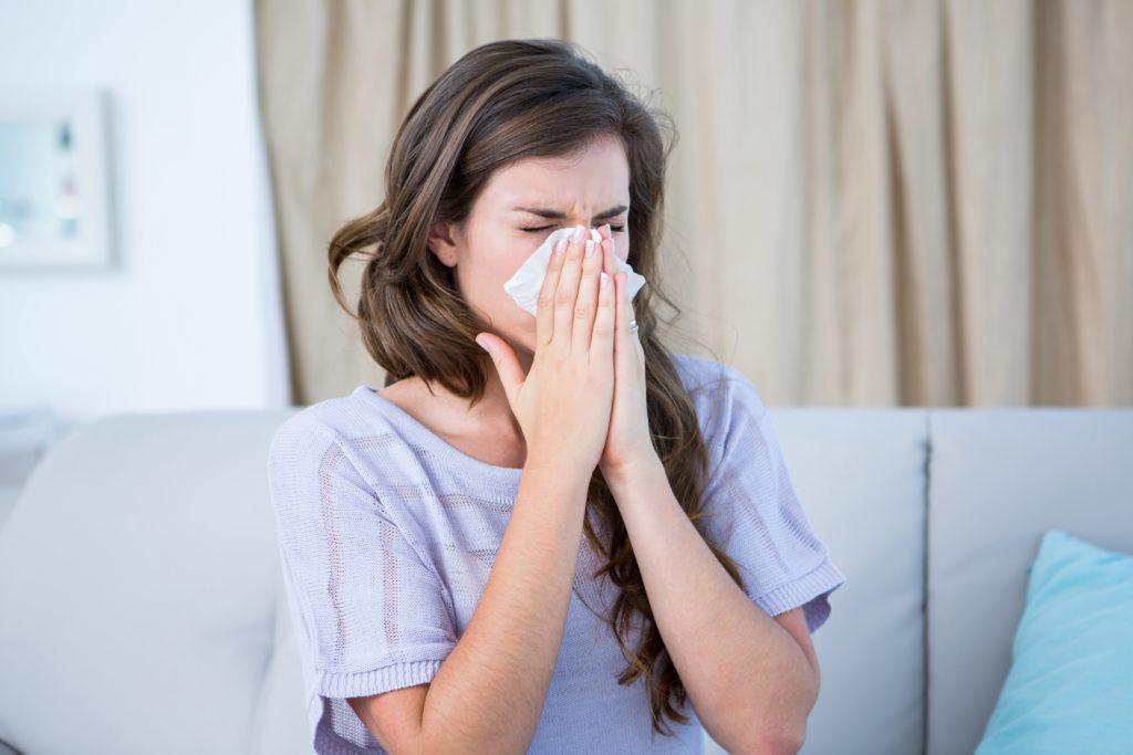 Allergiker müssen dieses Jahr zu Weihnachten mit den ersten Heuschnupfen-Beschwerden rechnen. (Bild: WavebreakmediaMicro/fotolia.com)