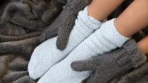 Kalte Füße und Hände können Folge von Durchblutungsstörungen sein und stehen oft mit Bewegungsmangel im Zusammenhang. (Bild: Delphotostock/fotolia.com)