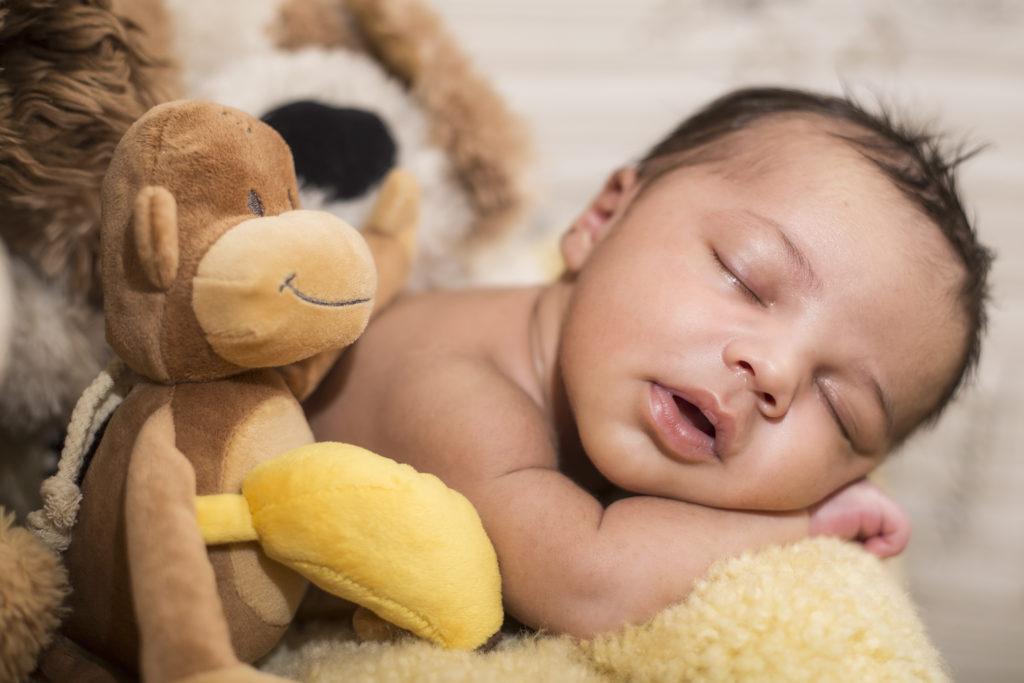 Mit ihren Kuscheltieren haben schon Babys einen sehr engen Kontakt, weshalb die nachgewiesenen Schadstoffbelastungen der Stofftiere besonders kritisch zu bewerten sind. (Bild: StefanieB./fotolia.com)