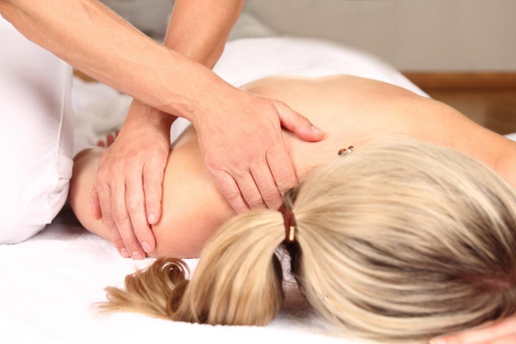 Professionelle Massagen können eine Linderung der Beschwerden verschaffen, wenn Verspannungen ursächlich sind. Bild: RioPatuca Images - fotolia