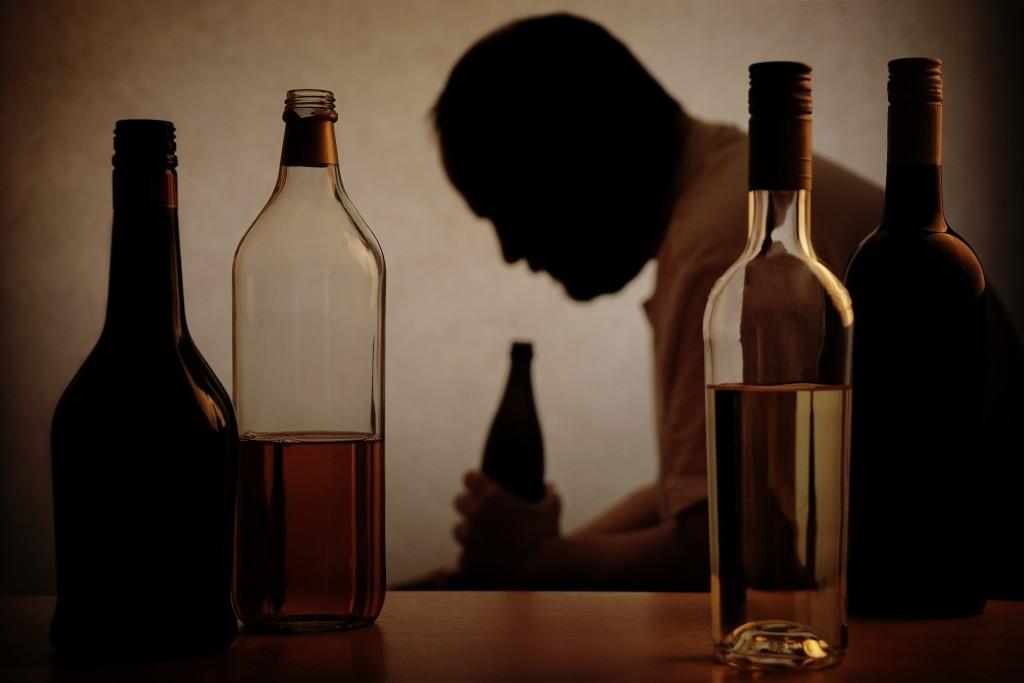 Eine Alkoholabhängigkeit entsteht meistens nicht von heute auf morgen, sondern ist ein schleichender Prozess. Bild: Axel Bueckert - fotolia