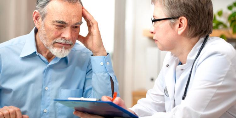 Patient wird von einer Ärztin befragt