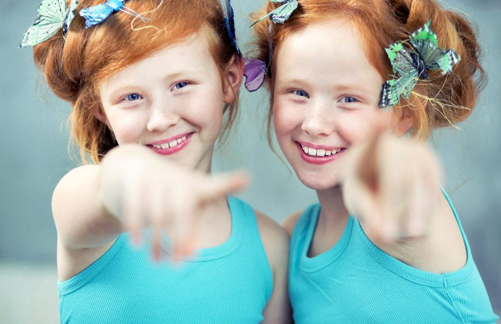 Zwillinge auch mal mit anderen Kindern einzeln in Kontakt bringen. Bild: konradbak - fotolia