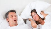Das Schnarchen und die Atemaussetzer sind oftmals nicht nur für die Betroffenen eine Belastung, auch die Partner leiden mit. (Bild: Andrey Popov/fotolia.com)