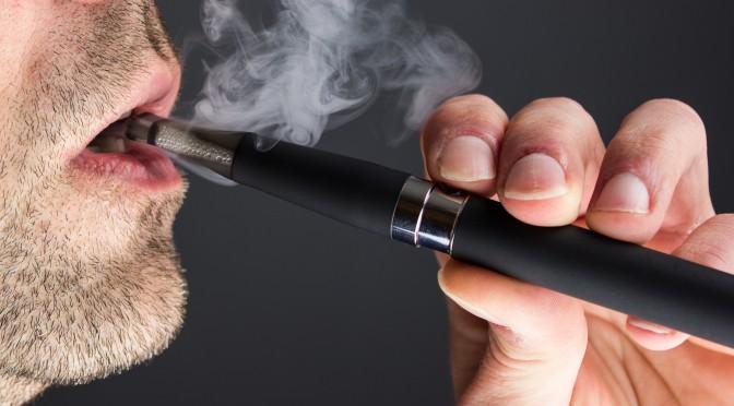 Ein Mann zieht an einer E-Zigarette