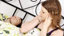 Wenn der Partner scharcht, kann das Schlafen in getrennten Betten durchaus hilfreich sein. (Bild: Dan Race/fotolia.com)